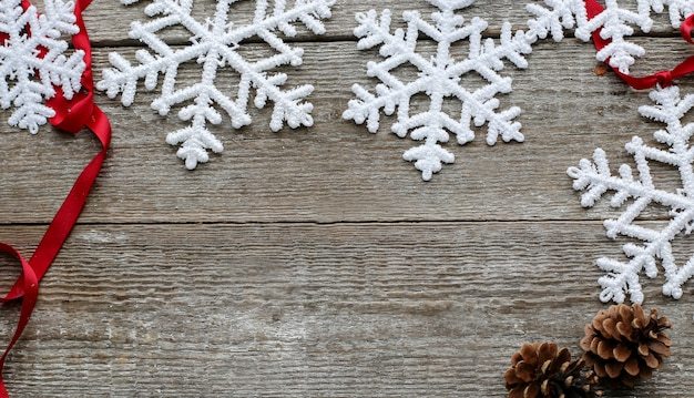 Снежинки с шишками и красной ленточкой Бесплатные Фотографии