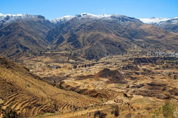 Снежный центральный пейзаж анд Premium Фотографии