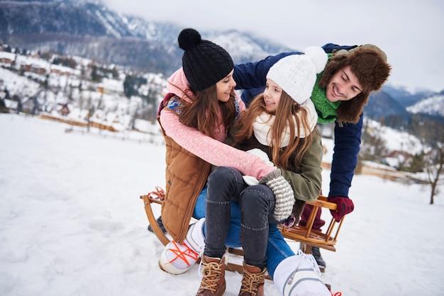 山で雪に覆われた楽しみ 無料写真