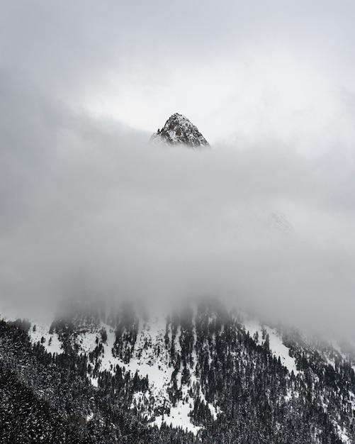 雲の層の後ろに雪山 無料写真