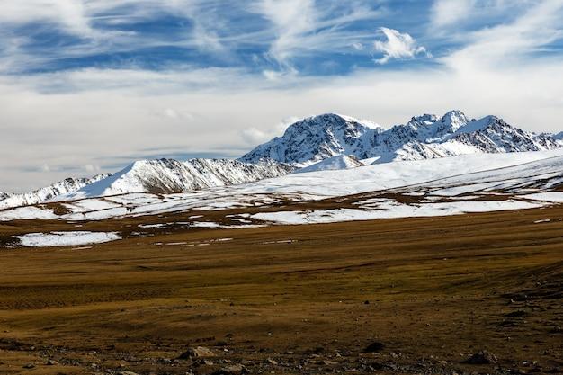 アラベル峠、ビシュケ・オシュ高速道路、キルギスタンの雪に覆われた山の頂上 Premium写真