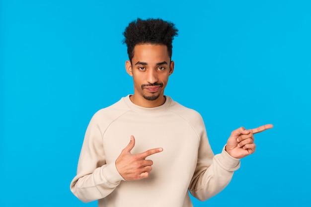 足が不自由です口ひげを持つアフリカ系アメリカ人の見栄えの良い男 Premium写真