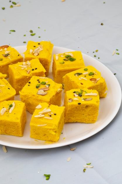 インドの特別な伝統的な甘い食べ物soan papdi Premium写真