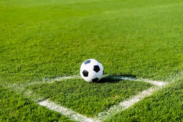 Футбольный мяч на полевом поле Premium Фотографии