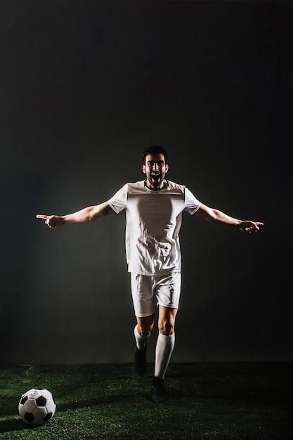 Футболист празднует гол Premium Фотографии
