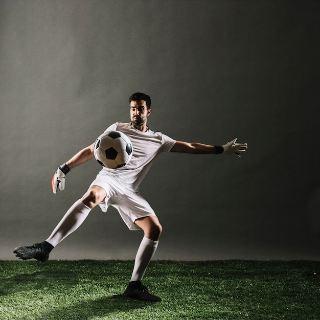 Soccer player crossing ball Free Photo