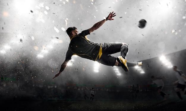 Футболист в атаке Premium Фотографии