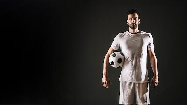 Футболист с мячом Premium Фотографии