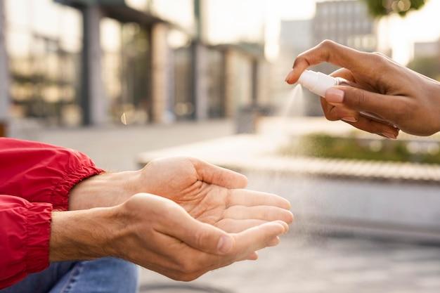消毒剤を使用した社会的距離の概念 無料写真