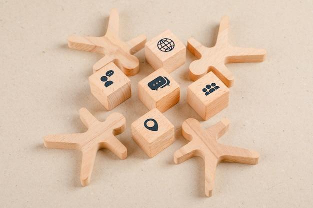Concetto di allontanamento sociale con le icone sui cubi di legno, figure di legno vista dell'angolo alto. Foto Gratuite