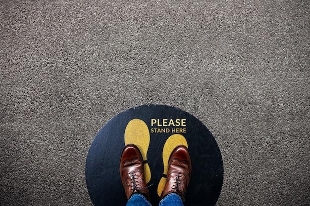 Социальное дистанцирование для концепции ситуации с covid-19. вывески для сотрудничества в общественных местах на полу. Premium Фотографии