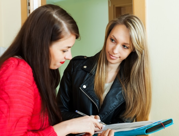 Social worker conducting survey among residents Free Photo