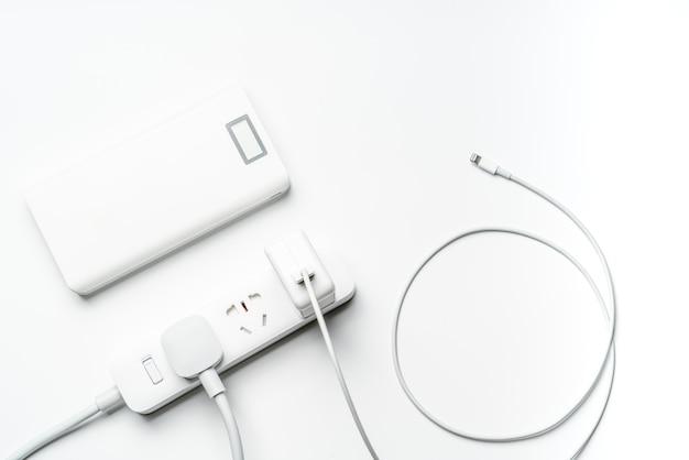 ソケットプラグ電力バンクとワイヤーホワイトカラー Premium写真