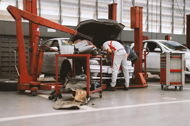 Интерьер ремонта автомобилей в автосервисе с soft-focus и над светом на заднем плане Premium Фотографии