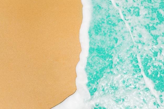 Morbide onde con mare blu oceano sulla sabbia dorata con spazio di copia. Foto Gratuite