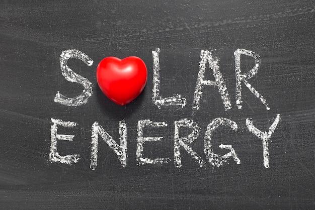 学校の黒板に手書きの太陽エネルギーフレーズ Premium写真