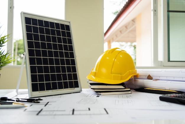地球温暖化防止のための建築家の机solar energy powered home green。 Premium写真