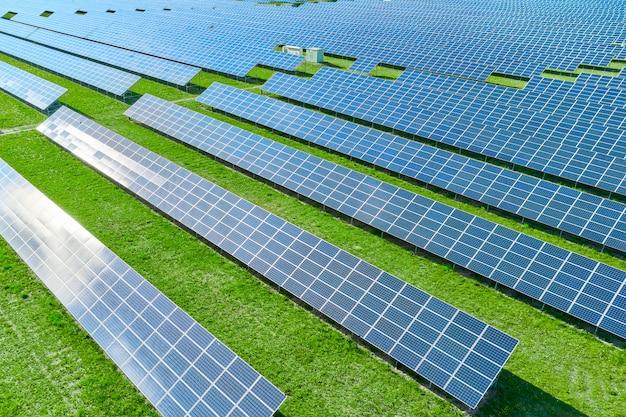 緑の再生可能エネルギーを生産するソーラーパネル Premium写真