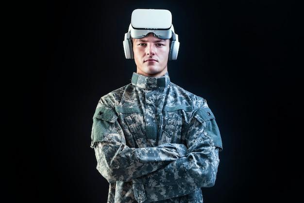 軍事技術を訓練するシミュレーション用vrヘッドセットの兵士 無料写真