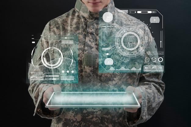 가상 태블릿 홀로그램 군대 기술을 사용하는 군인 무료 사진
