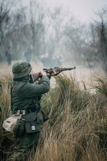 Солдат вермахта стреляет из винтовки Premium Фотографии