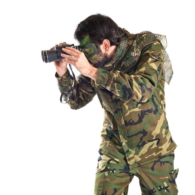 Солдат с биноклем на белом фоне Бесплатные Фотографии
