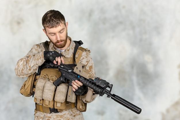 Soldier with rifle Premium Photo