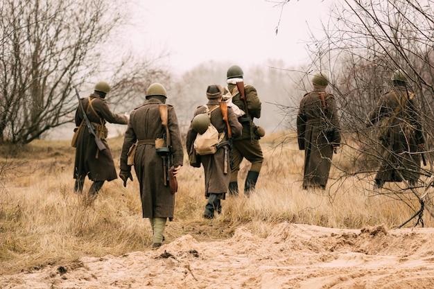 Солдаты красной армии в поле Premium Фотографии