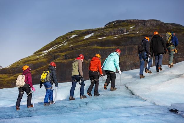 Solheimajokullの氷河の上を歩くハイカーのグループ、 Premium写真