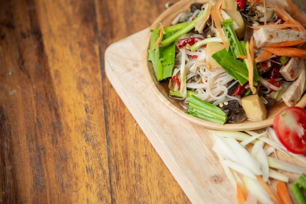Som tam thai, thai papaya salad on wooden background Free Photo