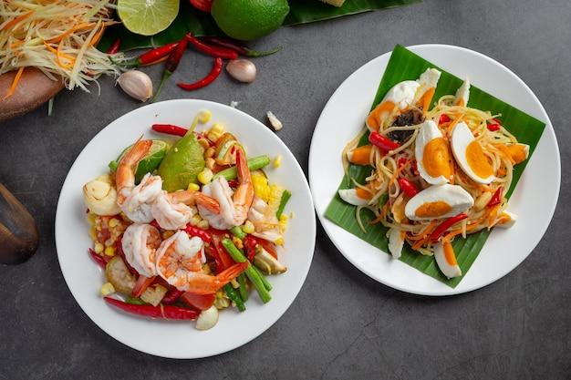 Сом тум с кукурузой и креветками, подается с рисовой лапшой и зеленым салатом. украшен ингредиентами тайской кухни. Бесплатные Фотографии