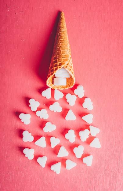Un po 'di zucchero bianco in una cialda di gelato, vista dall'alto. Foto Gratuite