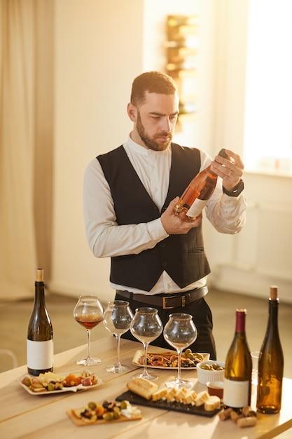 Сомелье выбирает розовое вино Premium Фотографии