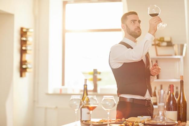 Сомелье, оценивающий вино Premium Фотографии