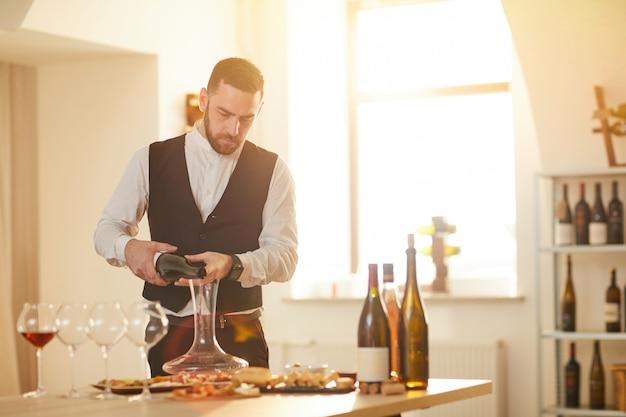 Сомелье наливая вино Premium Фотографии