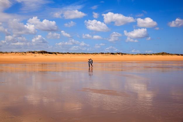 Somo、サンタンデルのel puntalビーチ。スペイン Premium写真