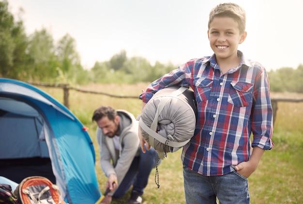 Сын помогает отцу в кемпинге Бесплатные Фотографии