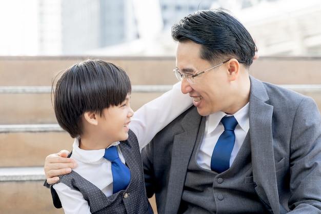 Il figlio ha abbracciato suo padre riempire il concetto di famiglia asiatica felice e single di felicità del padre e del figlio Foto Gratuite