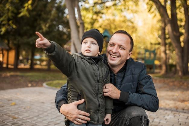 Сын показывает пальцем в воздухе Premium Фотографии