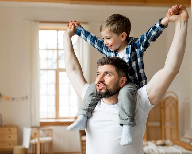 Сын сидит на плечах отца Premium Фотографии