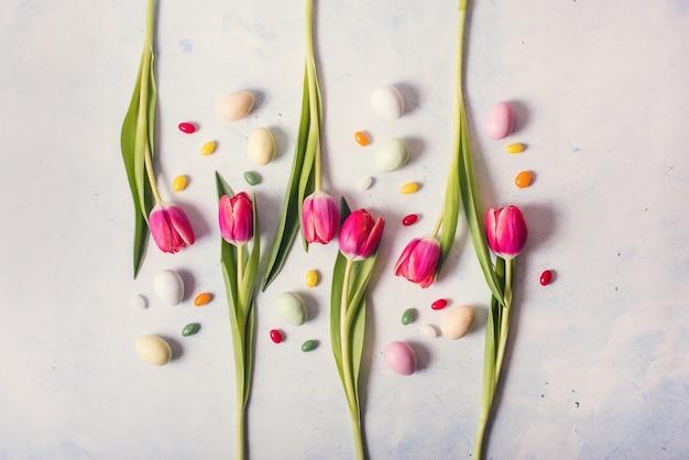 チューリップと卵、イースターと春のsoncept、創造的なレイアウトとイースター花の背景 Premium写真