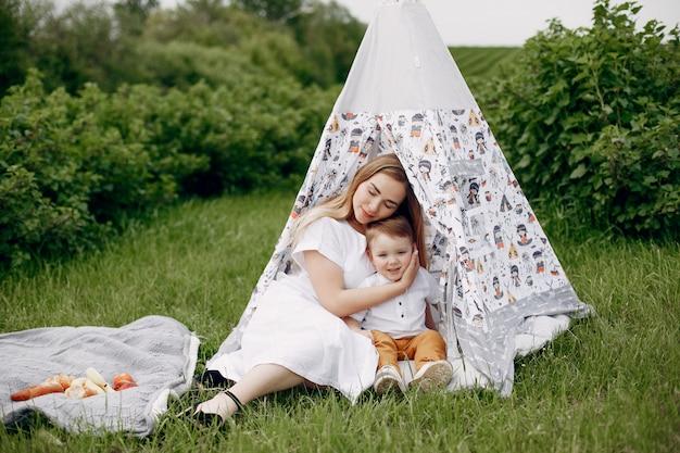 夏の畑でsonplayingを持つ母 無料写真