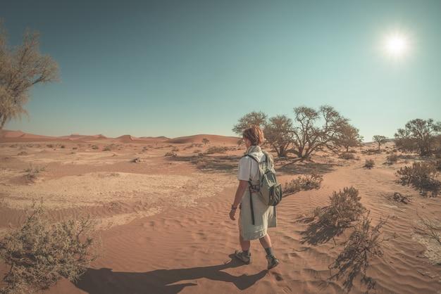 Туристическая прогулка в величественной пустыне намиб, sossusvlei, путешествия в намибию. Premium Фотографии