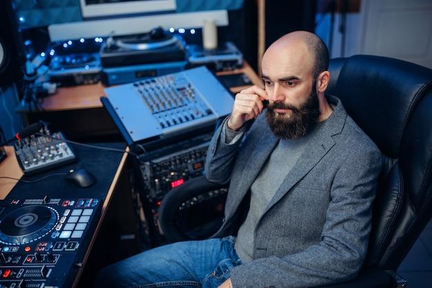 Звукорежиссер, работающий в студии звукозаписи Premium Фотографии