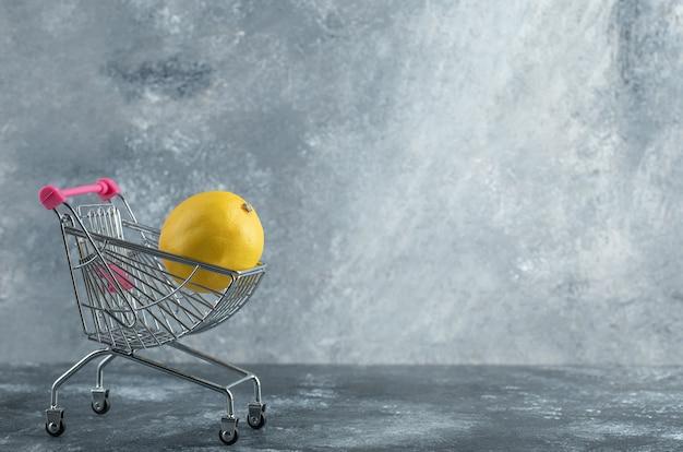Кислый лимон помещен в небольшую корзину Бесплатные Фотографии