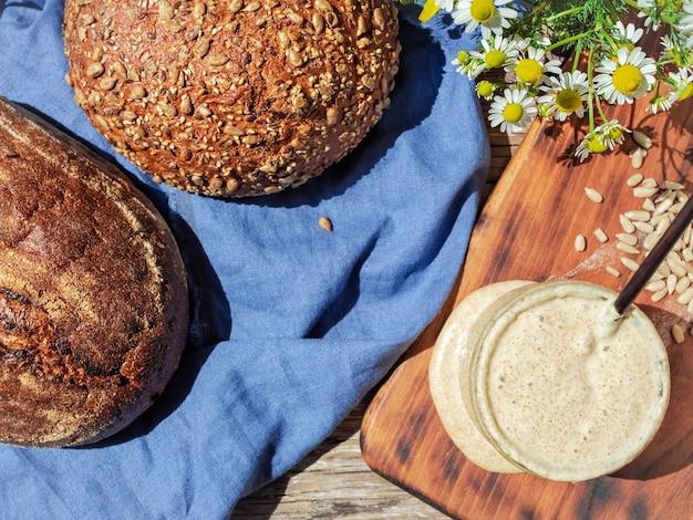 ガラス瓶に入ったパンと自家製パンのサワードウ 無料写真