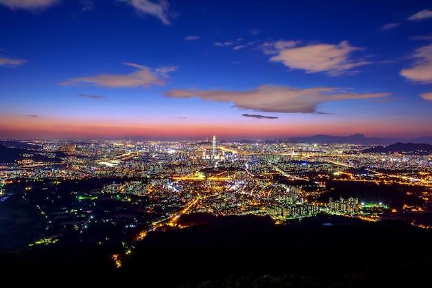 ソウルの韓国のスカイライン、南漢山城北門のロッテワールドモールで韓国の最高の景色 無料写真