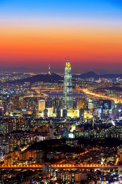 Skyline della corea del sud di seoul, la migliore vista della corea del sud con il centro commerciale lotte world presso la fortezza di namhansanseong Foto Gratuite