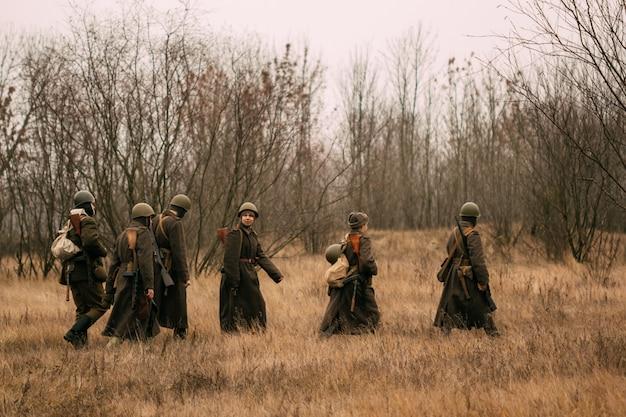 Советские солдаты во время второй мировой войны на поле с сухой травой. осень, гомель, беларусь Premium Фотографии