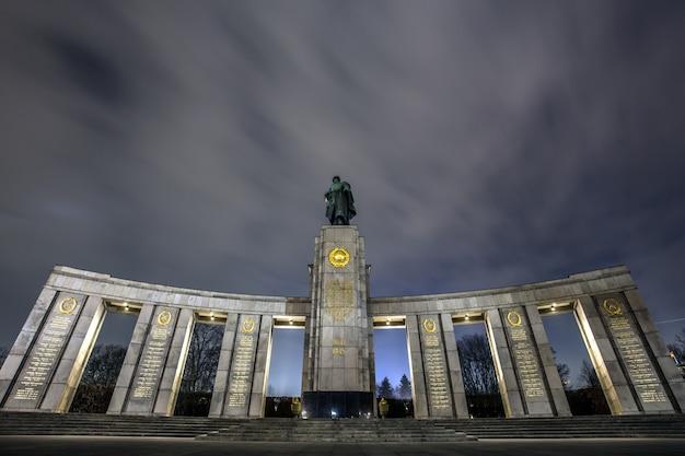 Memoriale di guerra sovietico a tiergarten, berlino sotto il cielo mozzafiato Foto Gratuite